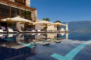 resort_Infinity_Pool_Summertime