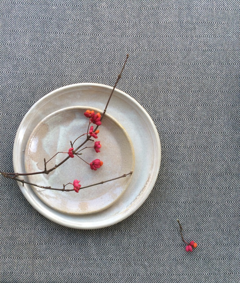 Aerende stoneware plate with blossom
